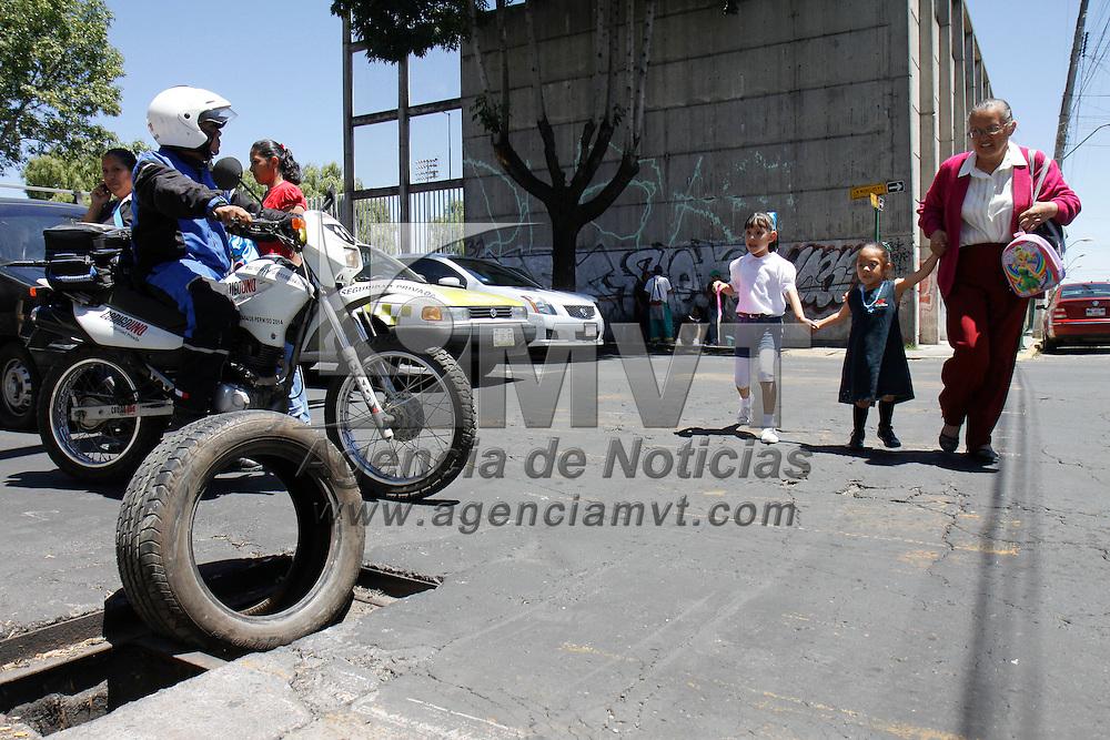 Toluca, México.- Sobre la avenida Morelos esquina con Isabel la Católica vecinos del lugar colocaron una neumático en un registro que no tiene tapa, para evitar que automovilistas o transeúntes caigan en este lugar. Agencia MVT / Crisanta Espinosa