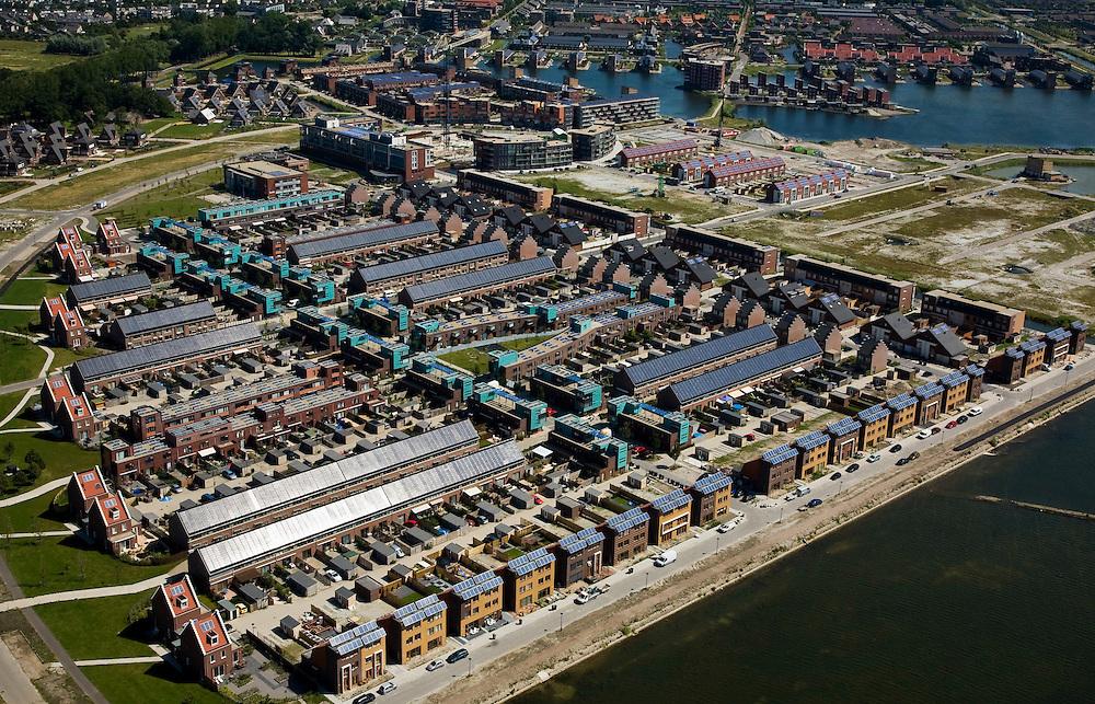 Nederland, Noord-Holland, Heerhugowaard, 14-07-2008; Stad van de Zon (Sun City), nieuwbouwwijk op VINEX lokatie, in de Polder Heerhugowaard tussen de dorpskern en Alkmaar; milieuvriendelijke wijk, energiezuinige huizen die bovendien uitgerust zijn met zonne-energie panelen, zonnepanelen, zonne-energie panelen, zonnepaneel, paneel.Sun City, new housing estate in Northwest of the Netherlands, energy neutral - environmetal friendly houses, equiped with individual solar panels; suncity;  solar energy, solar panel, solar power. .luchtfoto (toeslag); aerial photo (additional fee required); .foto Siebe Swart / photo Siebe Swart