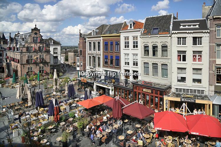 Nederland, Nijmegen, 7-9-2019 Cafe's in Nijmegen. Grote Markt, Waaggebouw,stadsgezicht met gevelrij en horeca . Dit is het historische stadscentrum met uitzicht op de benedenstad erachter. Foto: Flip Franssen