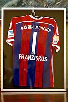 Fotball<br /> Tyskland<br /> 22.10.2014<br /> Foto: Witters/Digitalsport<br /> NORWAY ONLY<br /> <br /> Feature, Trikot mit Autogrammen<br /> <br /> Fussball FC Bayern München, private Audienz bei Papst Franziskus in Rom