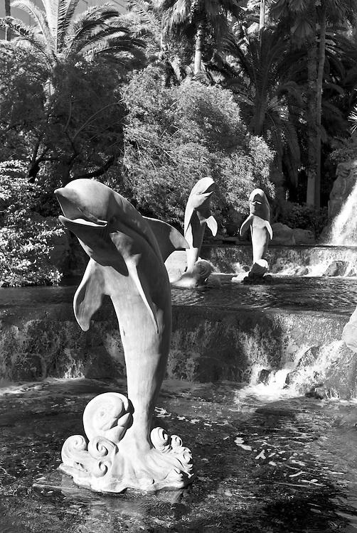 USA, Vereinigte Staaten von Amerika, Nevada, Las Vegas, springende Delphine als Skulpturen in einem Wasserbecken der  Hotelanlage  des Hotel Mirage   |United States,United States,America,Nevada, Las Vegas jumping dolphins, Dolphin Garden in front of the entrance to the hotel Mirage |