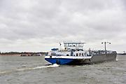 Nederland, Dodewaard, 8-2-2019 Een binnenvaartschip vaart over de Waal .  Foto: Flip Franssen