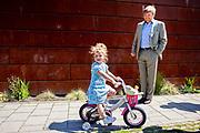 DEN HAAG, 01-06-2021, Haagse Hout <br /> <br /> Koning Willem Alexander tijdens een bezoek aan twee buurtinitiatieven in het stadsdeel Haagse Hout in Den Haag. De Koning bezocht eerst Het Spaarwaterveld in de wijk Bezuidenhout, waar hij van vrijwilligers uitleg kreeg over het project Right to challenge. Bij het wijk- en dienstencentrum Mariahoeve sprak hij met de oprichter en enkele vrijwilligers van De Lichtpuntjes van Mariahoeve. <br /> Brunopress/POOL/Patrick van Katwijk