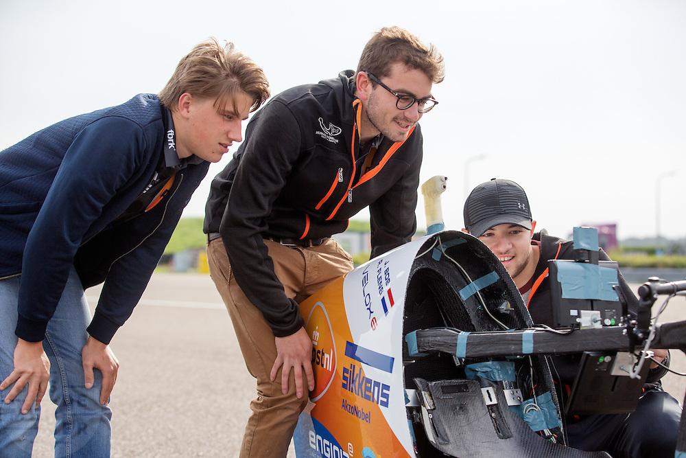 Teamleden kijken naar het camerasysteem. In Delft test het Human Power Team de VeloX 6, de nieuwe aerodynamische fiets, op de RDW baan. In september wil het Human Power Team Delft en Amsterdam, dat bestaat uit studenten van de TU Delft en de VU Amsterdam, tijdens de World Human Powered Speed Challenge in Nevada een poging doen het wereldrecord snelfietsen te verbreken. Het record is met 139,45 km/h sinds 2015 in handen van de Canadees Todd Reichert.<br /> <br /> With the special recumbent bike the Human Power Team Delft and Amsterdam, consisting of students of the TU Delft and the VU Amsterdam, also wants to set a new world record cycling in September at the World Human Powered Speed Challenge in Nevada. The current speed record is 139,45 km/h, set in 2015 by Todd Reichert.