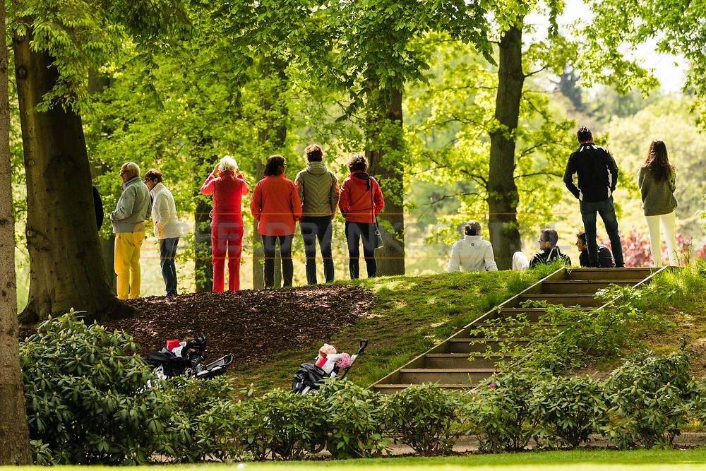 17-05-2015 NGF Competitie 2015, Hoofdklasse Heren - Dames Standaard - Finale, Golfsocieteit De Lage Vuursche, Den Dolder, Nederland. 17 mei. VARIOUS: Publiek bij de green van hole 9 tijdens de foursomes.