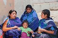 Chapas,San Juan Chamula,Un gruppo di donne dai tipici abiti fatti a mano.