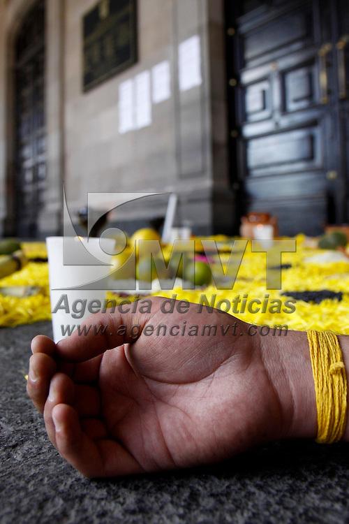 Toluca, Mex.- Dentro de la celebración del Día de Muertos, militantes del PRD instalaron una ofrenda en la puerta principal de Palacio de Gobierno, también se realizó un performance en donde se represento la muerte de la democracia y los muertos por el crimen organizado. Agencia MVT / Crisanta Espinosa. (DIGITAL)<br /> <br /> NO ARCHIVAR - NO ARCHIVE