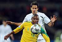 Fotball<br /> Sør Afrika v New Zealand<br /> Foto: Witters/Digitalsport<br /> NORWAY ONLY<br /> <br /> 17.06.2009<br /> <br /> v.vorn Matthew Booth (Suedafrika), Jeremy Christie<br /> Fussball Confederations Cup 2009 in Suedafrika, Suedafrika - Neuseeland 2:0