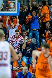 24-11-2017 NED: WC qualification Netherlands - Croatia, Almere<br /> First Round - Group D at the arena Topsportcentrum / Support Nederland juichen als Kroatië een strafworp missen