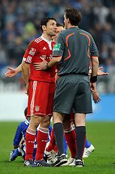 03.04.2010, VELTINS Arena, Gelsenkirchen, GER, 1. FBL, FC Schalke 04 vs. FC Bayern Muenchen, 29. Spieltag, im Bild Hamit Altintop (Bayern #8) muss nach dem Foul an Rafinha (Schalke 04 #18) das Feld verlassen. Mark van Bommel (Bayern #17) beschwert sich bei Schiedsrichter Manuel Graefe. EXPA Pictures © 2010, PhotoCredit: EXPA/ nph/  Conny Kurth / SPORTIDA PHOTO AGENCY