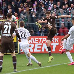 Luca Zander (Nr.19, FC St. Pauli) klaert den Ball am Strafraum beim Spiel in der 2. Bundesliga, SV Sandhausen - FC St. Pauli.<br /> <br /> Foto © PIX-Sportfotos *** Foto ist honorarpflichtig! *** Auf Anfrage in hoeherer Qualitaet/Aufloesung. Belegexemplar erbeten. Veroeffentlichung ausschliesslich fuer journalistisch-publizistische Zwecke. For editorial use only. For editorial use only. DFL regulations prohibit any use of photographs as image sequences and/or quasi-video.