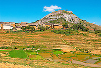 Madagascar. Village en terre rouge des environs de Fianarantsoa. // Madagascar. Traditional village on Hill around Fianarantsoa.