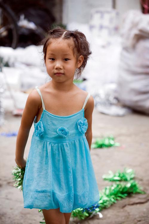 China, Shanghai,  26 aug 2010.Schattige chinees meisje  poseert voor de fotograaf...Foto (c)  Michiel Wijnbergh