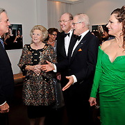 NLD/Amsterdam/20101128 - Opening Delamar theater, Koninging Beatrix ontmoet de cast van La Cage aux Folles en de Ontmoeting