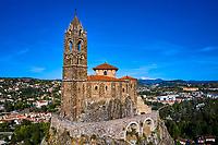 France, Haute-Loire (43), Le Puy-en-Velay, étape sur le chemin de Saint Jacques de Compostelle, vue de la ville, le rocher et la chapelle Saint-Michel d'Aiguilhe // France, Haute-Loire (43), Le Puy-en-Velay, stage on the way to Saint Jacques de Compostela, view of the city, the rock and the chapel of Saint-Michel d'Aiguilhe