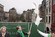 Door de luchtballonnen van het kabinet Rutte-Verhagen door te prikken geven D'66 voormannen Alexander Pechtold en Roger van Boxtel op de Vismarkt in Utrecht het startsein voor de campagne van de provinciale verkiezingen.<br /> <br /> By punching balloons Roger van Boxtel (left) and Alexander Pechtold, leader of the Dutch Democrats D'66, are starting the campaign for the next elections.