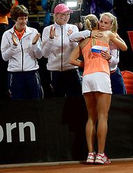 07-02-2015 NED: Fed Cup Nederland - Slowakije, Apeldoorn<br /> Arantxa Rus brengt de Nederlandse ploeg weer op gelijke hoogte. Ze wordt gefeliciteerd door Michaëlla Krajicek en Richel Hogenkamp, die niet altijd even blij keek tijdens de wedstrijd