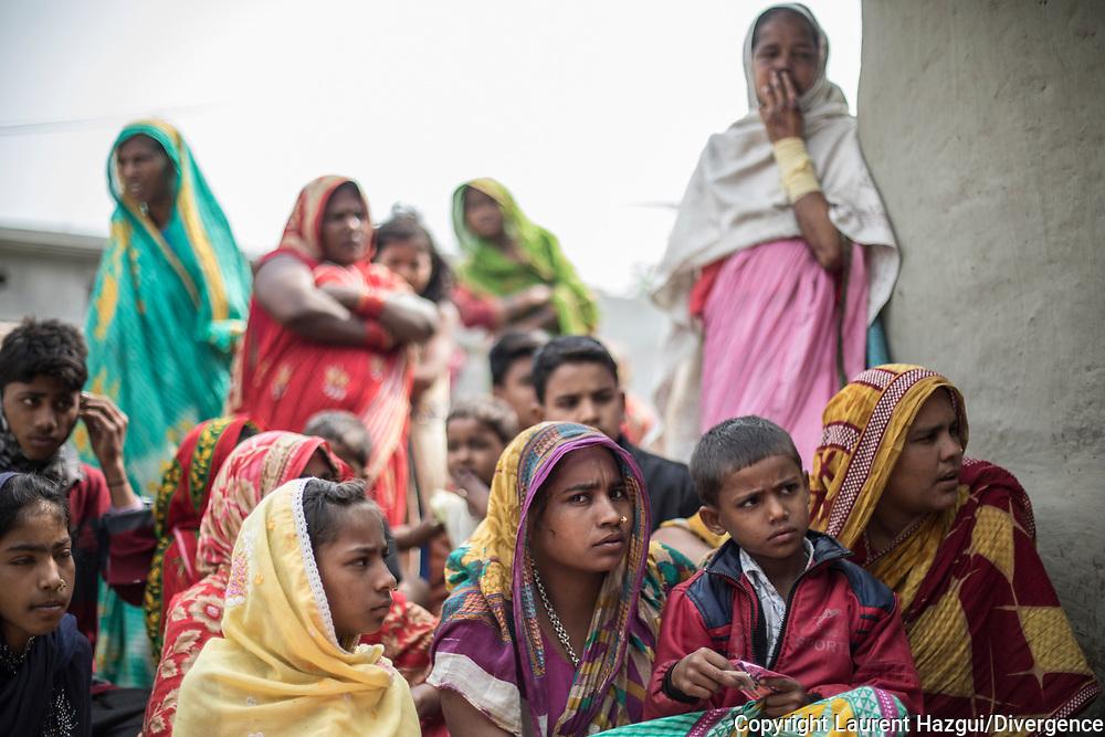 27022019. INDE. BIHAR. La caravane de la paix Karwan-e-Mohabbat. Village de Ranikatta près de la frontière avec le Népal. Le père de cette famille musulmane s'est fait tué de retour d'un festival de musique sans que l'on sache par qui, c'est un symbole de violence gratuite dénoncé par Karwan.