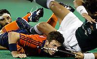WK Hockey. Nederland-Pakistan 2-1. Ronald Brouwer wordt bedolven onder Muhammad Saqlain. links Muhammad Usman.