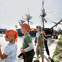 Nederland, Amsterdam , 19 augustus 2010..Sail 2010. Op het Pirateneiland georganiseerd door ING Bank is het een komen en gaan van jonge piraten..SAIL 2010 is an annual event on water with a fleet of Tall Ships, sailing heritage craft, modern ships, naval ships and replicas.