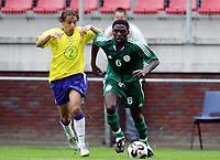 Fotball <br /> FIFA World Youth Championships 2005<br /> Emmen<br /> Nederland / Holland<br /> 12.06.2005<br /> Foto: Morten Olsen, Digitalsport<br /> <br /> Brasil v Nigeria 0-0<br /> <br /> Rafael - Brasil<br /> Yinka Adedeji - Nigeria