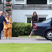 92ste verjaardag Pr. Bernhard Sr., prinses Christina en Juliana Jr. bezoekt haar moeder
