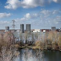 Nederland, Almere, 30 maart 2015.<br /> Rens Spanjaard initiator Weerwoud kijkt vanuit een toren op het eiland Utopia nabij Almere uit over het voedselbos.<br /> VOEDSELBOS OP UTOPIA<br /> We leggen een voedselbos aan op ons eiland. Van boom tot kruid en weer terug, alles is erop ingericht om een zo gezond en divers mogelijk bos neer te zetten dat zoveel mogelijk voedsel produceert. Wij zorgen ervoor dat je in 2022 kunt dwalen en verdwalen in een bos vol noten, appels, aardbeien en eindeloos veel ander lekkers. Om te plukken en van te genieten.<br /> Om in 2022 een voedselbos te hebben, planten we het nu al aan. Tijdens de Floriade is ons Weerwoud dan jong volwassen en vol in productie, en laat het je zien hoe een natuurlijk ecosysteem ons van voedsel kan voorzien.<br /> De Urban Greeners Rens en Koen zijn het tweespan achter het Weerwoud. Ze worden versterkt door twee voedselbosexperts van Food Forestry Nederland: Wouter Eck en Xavier San Giorgi. Ook zijn er studenten van CAH Vilentum die meedenken en helpen om er een leefbaar bos van te maken, door bijvoorbeeld onderzoek te doen.<br /> <br /> Op de foto: Vanuit de uitkijktoren een overzicht van een deel van het eiland Utopia met zijn voedselbos en aan de horizon Almere.<br /> Foto:Jean-Pierre Jans