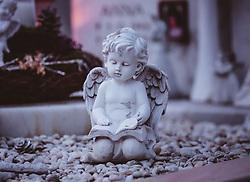 THEMENBILD - Allerheiligen und Allerseelen - eine Engel Figur auf einem Grab . Am 1. November, gedenken Katholiken- aller Menschen, die in der Kirche als Heilige verehrt werden. Das Fest Allerseelen am darauf folgenden 2. November, ist dem Gedaechtnis aller Verstorbenen gewidmet, aufgenommen am 18. Oktober 2018, Ort, Österreich // All Saints 'Day and All Souls' Day - an angel figurine on a grave. On November 1, Catholics commemorate all people worshiped as saints in the Church. The feast of All Souls on the following 2nd of November, is dedicated to the memory of all the deceased on 2018/10/18, Ort, Austria. EXPA Pictures © 2018, PhotoCredit: EXPA/ Stefanie Oberhauser
