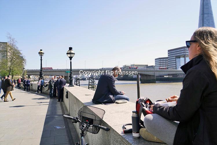 Engeland, Londen, 10-4-2019Straatbeeld van het centrum van de stad. Beeld uit de city, het financiele district, financial, waar yuppen op straat bezig zijn met hun smartphone,mobiel,mobieltje,en veel met de fiets naar het werk gaan . Lunch, pauze,lunchpauze aan de oever van de thames op een zonnige dag . zakenmensen,banken,bankendistrict,wijk,buurt,werk,arbeid,kantoor,kantoren,kantoorpersoneel,geld,bankensector,sector,financieel,centrum,jong,jonge,personeel,banking,geld,monetair,aandelenhandel,handel,pond,euro,zaken,zakendistrict,zakenwijk,handelaren,beurs,beurshandel, Foto: Flip Franssen