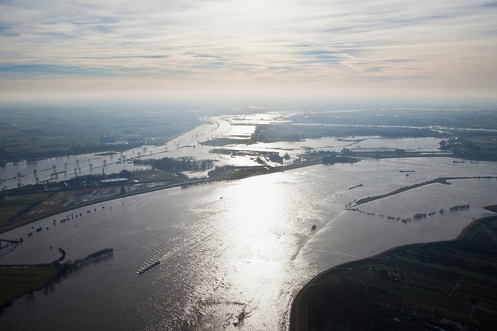 Nederland, Gelderland, Gemeente Maasdriel, .Heerewaarden bij hoogwater, waar Maas en Waal (voorgrond) elkaar bijna raken, gescheiden door een engte, gezien in de richting van het kanaal van Sint Andries..Heerewaarden at high tide, where the river Maas (Meuse) and Waal (foreground) almost touch, divided bij a isthmus, viewed in the direction of the canal of St. Andries. luchtfoto (toeslag), aerial photo (additional fee required).foto/photo Siebe Swart