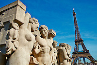 France, Paris (75), la Tour Eiffel, Statues du jardin du Trocadero  // France, Paris, Eiffel Tower and Trocadeo statue