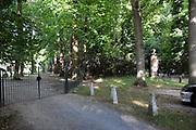 De Stulpkerk in Lage Vuursche waar a.s. vrijdag in besloten kring de begrafenis is van  Prins Friso. Na een dienst in de Stulpkerk in Lage Vuursche wordt de Prins begraven op de daarbij gelegen begraafplaats.<br /> <br /> The Stulp Church in Lage Vuursche where this Friday in private funeral is of Prince Friso. After service in the Church Stulp in Lage Vuursche the Prince buried in the cemetery located next to the church<br /> <br /> Op de foto / On the photo: ingang van Kasteel Drakensteyn (rechts) dat grenst aan De Stulpkerk (links)/ Entrance of  Drakensteyn Castle (right) next to the Stulp Church (left)