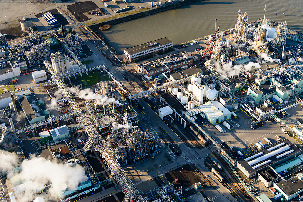 Nederland, Zuid-Holland, Dordrecht, 07-02-2018; Industriegebied Staart met fabriekscomplex van chemiebedrijf Chemours Netherlands B.V. Productielocatie van fluorpolymeren (zoals teflon). Bij de productie wordt gebruikt gemaakt van GenX-technologie, uitstoot van chemie uit dit proces is belastend voor milieu.<br /> Chemours Netherlands B.V., production location of fluoropolymers (such as teflon). GenX technology is used in the production, and chemical emissions from this process are harmful to the environment.<br /> luchtfoto (toeslag op standard tarieven);<br /> aerial photo (additional fee required);<br /> copyright foto/photo Siebe Swart
