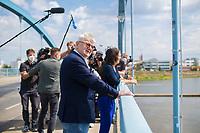 DEU, Deutschland, Germany, Frankfurt/Oder, 16.08.2021: Grünen-Kanzlerkandidatin Annalena Baerbock und der ehemalige Außenminister Joschka Fischer bei einem Fototermin auf der Frankfurter Stadtbrücke.