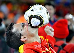 11.07.2010, Soccer-City-Stadion, Johannesburg, RSA, FIFA WM 2010, Finale, Niederlande (NED) vs Spanien (ESP) im Bild ein spanischer Fan freut sich über den Weltmeistertitel, er beisst in einem Ball, EXPA Pictures © 2010, PhotoCredit: EXPA/ InsideFoto/ Perottino *** ATTENTION *** FOR AUSTRIA AND SLOVENIA USE ONLY! / SPORTIDA PHOTO AGENCY