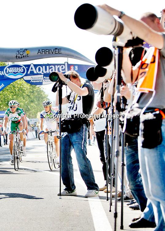 Autun, 20070712: Credit Agricle syklist Thor Hushovd slet med ryggen på den 5. etappen i Tour de France. Her ruller han i mål, over 14 minutter bak vinneren. Fotografene vier sin fulle og hele oppmerksomhet mot vinneren på podiet.....Foto: Daniel Sannum Lauten/Dagbladet *** Local Caption *** Hushovd,Thor ..