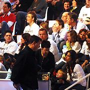 NLD/Hilversum/20070310 - 9e Live uitzending SBS Sterrendansen op het IJs 2007 de Uitslag, Manuela Sep, partner van Geert Hoes en kind Robijn, kind word meegnomen door productieleider Bertus Holkema