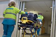 Nederland, Nijmegen, 2-2-2013De bemanning van een ambulance loopt met een brancard door het ziekenhuis.Foto: Flip Franssen