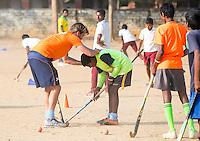 KHUNTI (Jharkhand) -  Finaledag Interschool Hockey League 2016. ONE MILLION HOCKEY LEGS  is een project , geïnitieerd door de Nederlandse- en Indiase overheid, met het doel om trainers en coaches op te leiden en  500.000 kinderen in India te laten hockeyen.  Ex international Floris Jan Bovelander  is een van de oprichters en het gezicht van OMHL.  Coachopleider Warner van der Vegt. COPYRIGHT KOEN SUYK