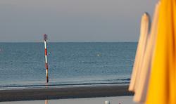 THEMENBILD - ein Hinweisschild im Meer, leere Strandliegen und Strandschirme, aufgenommen am 16. Juni 2018, Lignano Sabbiadoro, Österreich // a sign in the sea, empty beach chairs and beach umbrellas on 2018/06/16, Lignano Sabbiadoro, Austria. EXPA Pictures © 2018, PhotoCredit: EXPA/ Stefanie Oberhauser