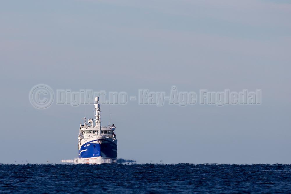 The fishingboat Havsnurp is sailing into Herøyfjord, Norway | Ringnotsnurparen Havsnurp på vei inn i Herøyfjord.