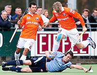 LAREN - Nick Meijer van Bloemendaal passeert Roderick Musters van Laren, zondag tijdens de hoofdklasse competitiewedstrijd mannen tussen Laren en Bloemendaal (1-4). links Jamie Dwyer. COPYRIGHT KOEN SUYK