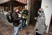 Twee meisjes worden door twee cameramensen op straat ondervraagd