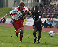 Fotball<br /> 2004/2005<br /> Foto: SBI/Digitalsport<br /> NORWAY ONLY<br /> <br /> Brighton v Sheffield United<br /> <br /> Coca-Cola Championship 02/10/04.<br /> <br /> Leon Knight R is challenged for the ball by Leigh Bromby