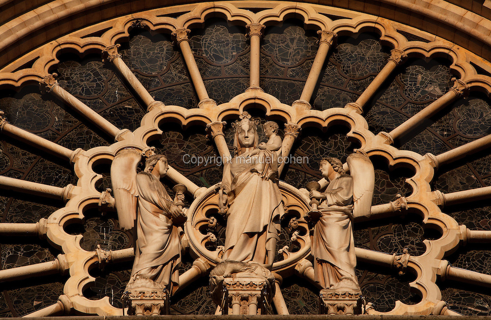 Statue of the Virgin with Child between two angels with the large rose in behind, circa 1225, centre of the West façade, Notre Dame de Paris, 1163 ? 1345, initiated by the bishop Maurice de Sully, Ile de la Cité, Paris, France. Picture by Manuel Cohen