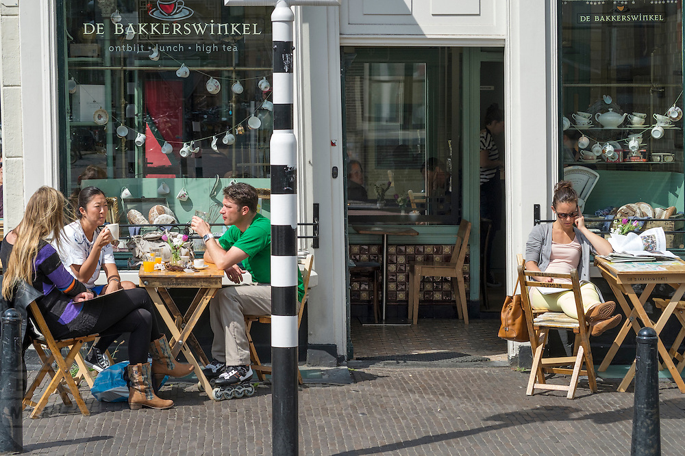 Bij de Bakkerswinkel in Utrecht zit het terras goed vol.<br />
