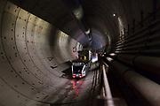 Tunneltesla met tunnelelementen op weg naar de boor in de tweede tunnelbuis.
