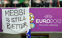 "Fotball<br /> 21.06.2012<br /> Kvartfinale EM <br /> Tsjekkia v Portugal<br /> Foto: Witters/Digitalsport<br /> NORWAY ONLY<br /> <br /> Plakat ""Messi is still better"" an Cristiano Ronaldo (Portugal) gerichtet<br /> Fussball EURO 2012, Viertelfinale, Tschechien - Portugal 0:1"