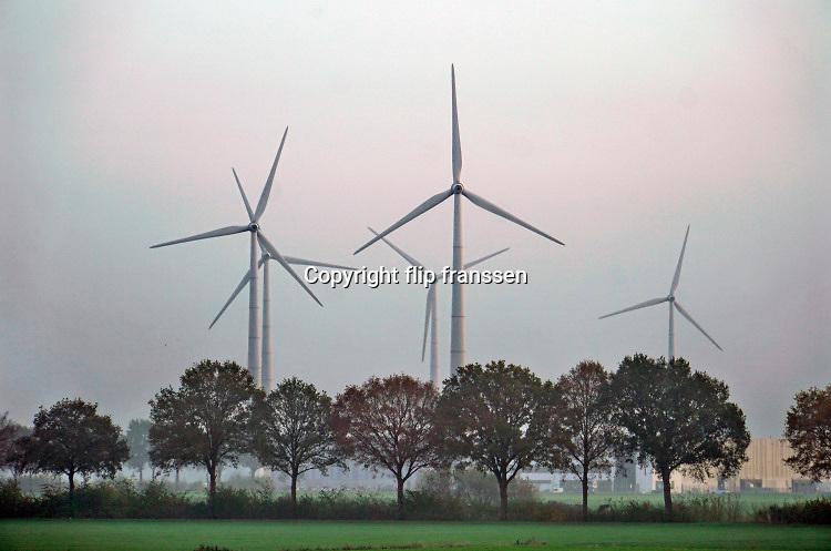 Nederland, s Heerenberg, 11-11-2020 Uitzicht op windmolens in het buitengebied van de Achterhoek. De molens staan op boerenland nog net in nederland bij de grens tussen Emmerich en Netterden.Foto: ANP/ Hollandse Hoogte/ Flip Franssen