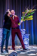 Eric Corton en Hugo Borst op het podium na afloop van de solovoorstelling Ma, naar het boek van Hugo
